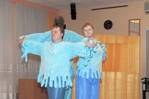Выступают актеры интегративного театра «Кольцобинчик»