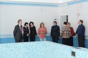 Участники комиссии осматривают бассейн реконструированного детского сада