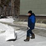 Борьба со снегом в Кольцово продолжается