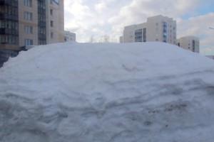 Снег на обочинах достигает в этом году рекордной высоты