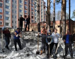 К работающему во дворе мэру присоединились жители соседних домов.