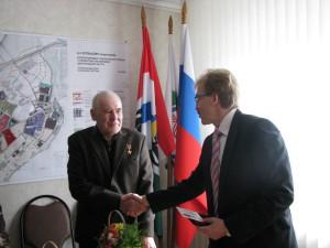 Мэр наукограда вручает медаль Анатолию Дерещеву.