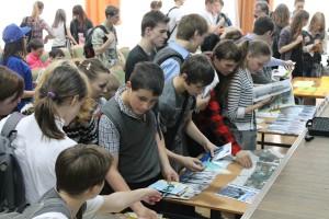 После презентаций школьники разбирают буклеты вузов и техникумов.