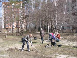 Кольцовцы привели в порядок двор детсада №1.