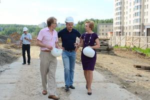 Владимир Кожевников обсуждает с Николаем Красниковым и Галиной Бабкиной перспективы развития Кольцово.