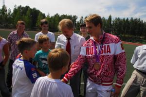 Владимир Морозов встречается с юными кольцовскими спортсменами.