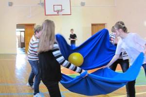 Мяч в простынболе подают и отбивают с помощью простыни.