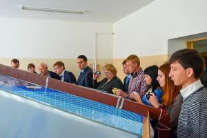 Участники конференции наблюдают за работой вихревого аквареактора объемом 10 кубометров.