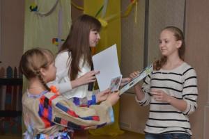 Вручение награды Ольге Савенко, одной из победителей конкурса.