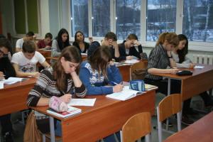 Тест на знание Конституции выполняют старшеклассники школы №5.