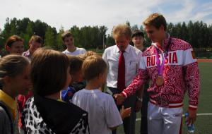 В свои приезды в родное Кольцово Владимир Морозов охотно общается с земляками.