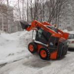 В Кольцово продолжается борьба со снегом