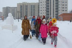 """Участники фольклорной студии """"Сею-вею"""" колядуют в Кольцово."""