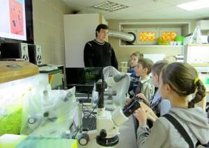 В Дни науки юные исследователи ставили эксперименты и проводили опыты.