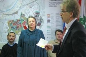 Памятный знак в честь 70-летия освобождения Ленинграда Валентине Аникиной вручил мэр Николай Красников.