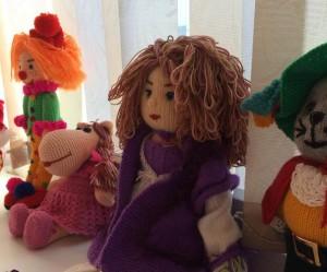 Уютные вязаные куклы Людмилы Григорьевой возвращают в детство.