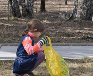 """Самая юная участница акции """"Чистый лес""""."""