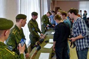 В армии научат быстро разбирать и собирать автомат Калашникова.