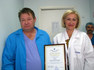 Старший микробиолог Валерий Яшин и заместитель министра торговли Лариса Яркова.