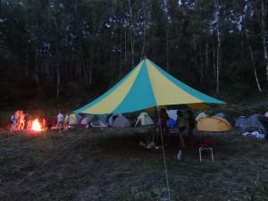 Вечером в палаточном городке у костра пели песни Окуджавы и Визбора.