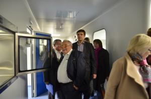 Геннадий Рыжиков проводит экскурсию для участников семинара.