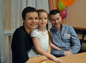 """Победители конкурса """"Мой ребенок"""" -- семья Диваковых."""