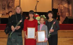 Стипендиаты губернатора Александра Исаенко и Светлана Шумакова с преподавателями ДШИ.