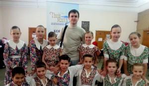 Младшая группа ансамбля бального танца «Алекс» и Александр Аненков.
