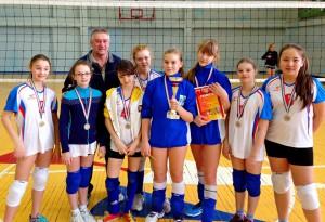 Команда волейболисток школы №5 с тренером Виталием Блиновым.