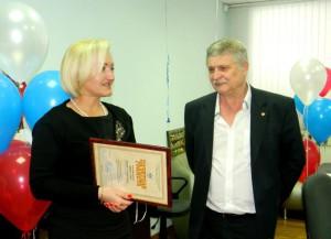 Почетную грамоту областного министерства Леониду Никулину вручает Лариса Яркова.