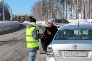 Автомобилисткам в Кольцово снова дарили цветы.
