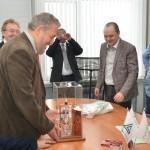 В Кольцово кубинской делегации подарили действующую модель самогонного аппарата