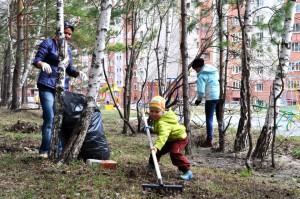 Жители Кольцово самых разных возрастов вышли навести порядок.