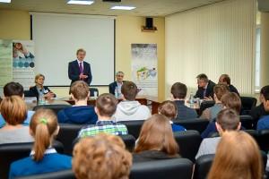 Николай Красников рассказывает школьникам о бизнес-инкубаторе.
