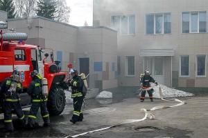 Пожарные ликвидируют возгорание в прачечной.