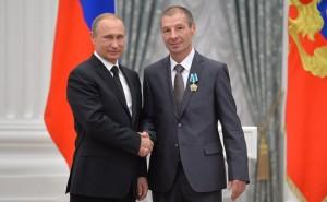 Награду вручает президент Российской Федерации.