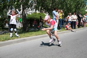 Многие ребята, проехав велосипедные дистанции, тут же встали на ролики.