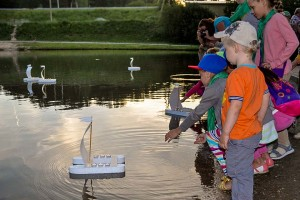 Вечером памятные свечи отправили по воде школьники, ветераны и американцы.
