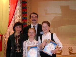 Ирина Карпенко с министром культуры НСО Василием Кузиным и ученицами.