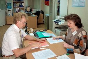 Председатель ТИК Кольцово принимает документы у Николая Красникова.