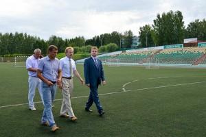 Новое покрытие будет уложено на стадионе в сентябре.