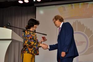 Олеся Познякова вручает Николаю Красникову удостоверение главы администрации.