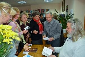Сергей Алексеев дает автографы кольцовцам.