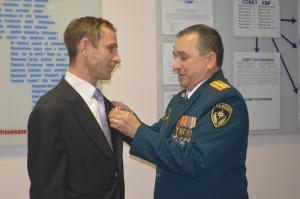 Награду вручает начальник специального управления ФПС № 9 МЧС России.