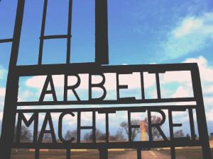 """Надпись """"Труд делает свободным"""" на воротах концлагеря Заксенхаузен."""