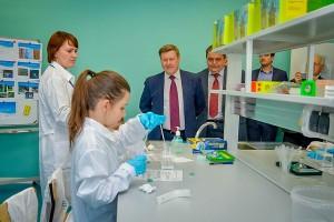 Анатолий Локоть посетил детский биотехнопарк.