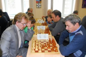 Николай Красников (слева) на шахматном мемориале академика Льва Сандахчиева.