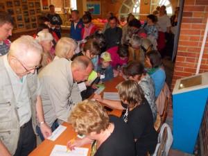 Садоводы регистрируются для участия в голосовании.