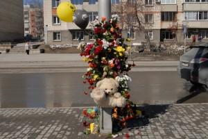 Кольцовцы продолжают оставлять цветы на месте трагической гибели мальчика.