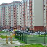 На футбольных площадках во дворах Кольцово укладывают покрытие